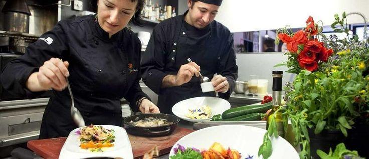 'La Calèndula' (Girona): destaca la cocina ubicada en el centro del restaurante y a la vista, y el mostrador lleno de flores silvestres comestibles. Carta apta para celiacos.