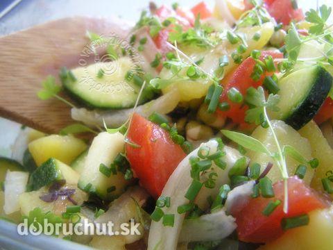 Fotorecept: Zemiakový jarný šalát - takýto šalát robievam na jar keď je už mladá zelenina a podávam ho ako hlavné jedlo, len tak samotné...