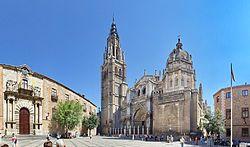 Palacio arzobispal de Toledo -  La fachada principal, que da a la plaza del Ayuntamiento, se inició en tiempos del cardenal Tavera, en 1543, y su diseño se debe a la mano de Covarrubias. La portada está formada por un gran arco de medio punto, de piedra granítica, al que le encuadran fuertes dovelas almohadilladas, que se encajan, a su vez, entre dos pares de columnas, de capitel jónico y fuste estriado, que, descansando sobre altos y potentes basamentos, sostienen un friso dórico.