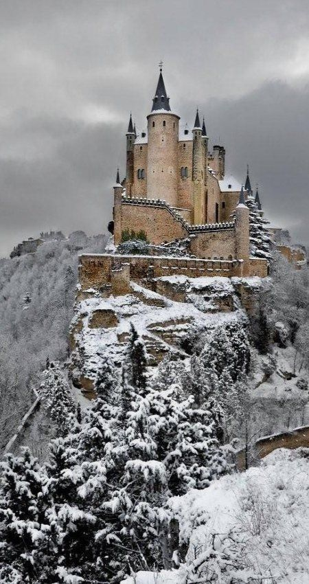 Alcazar Castle in the winter, Segovia, Spain. - el castillo de los gigantes de harfang