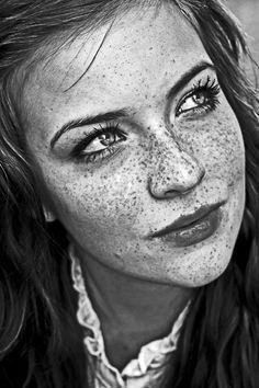 Schöne Bleistiftzeichnung einer Frau mit Sommersprossen im Gesicht #art #pencil #drawing #pencilart #portrait #woman