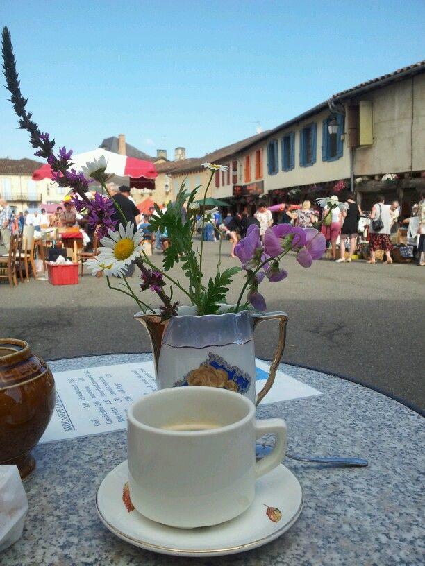 Cafe braderie a Aignan dans le Gers