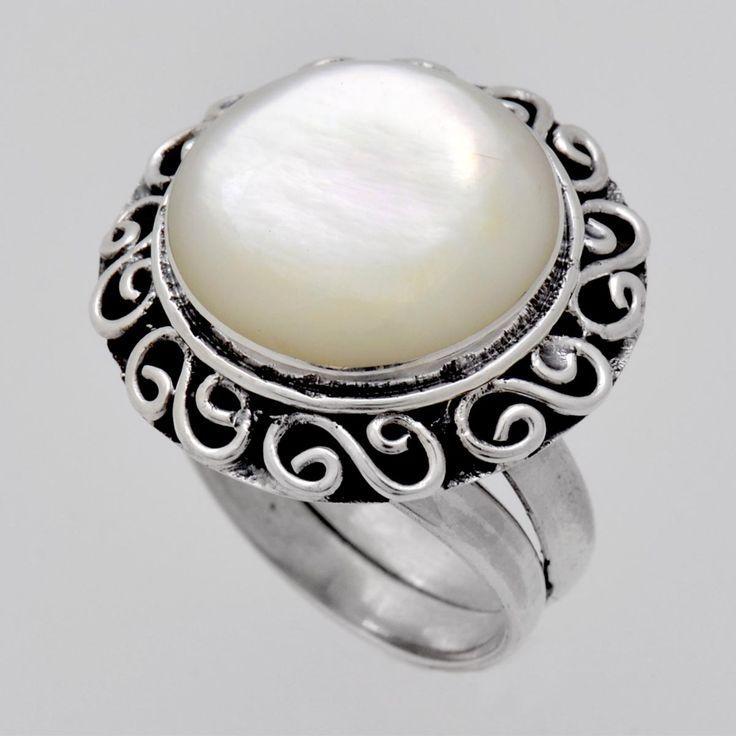 Inel din argint cu sidef alb. Piatra este elegant înconjurată de o ramă din argint lucrat patinat. Cod produs: VI4765 Greutate: 7.17 gr. Circumferință inel: 55.00 mm Piatră: SIDEF