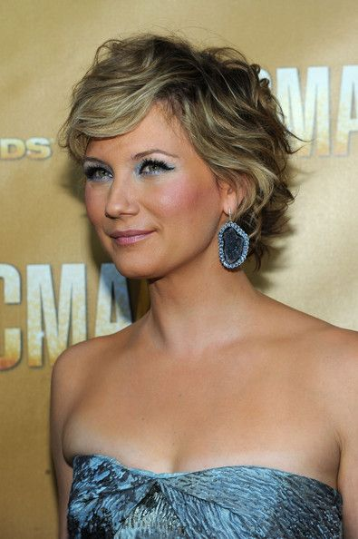Jennifer Nettles definitely one of the crappier country singers, plus she has permanent clown face.
