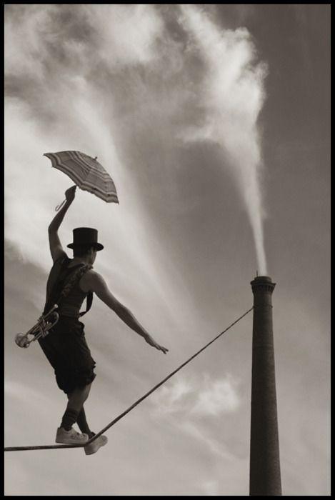 samarcanda:  ho impararto un certo equilibrio, voglio mantenerlo e raggiungere un obiettivo senza farmi male … l'ombrello mi ripara, non mi sostiene…perchè è sempre una mano che sostiene tutto…  samarcanda