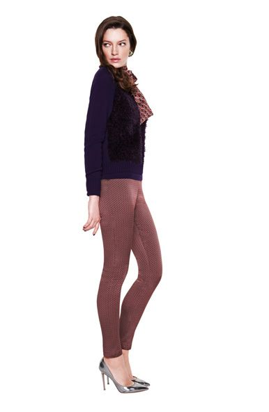 Textured leggings and a dark sweater for a sultry Fall look. Shop online on www.gotha.it