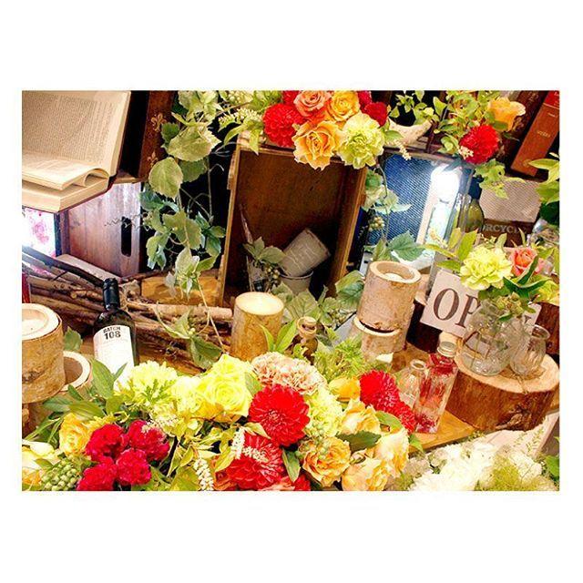 """. . テーマは""""秋のガーデンパーティ""""♪ 秋色のお花をふんだんに使ってにぎやかなパーティを イメージしたコーディネートを創り上げました♡ . #flowerwalkpopo #富山県 #花嫁準備 #プレ花嫁 #結婚式準備 #結婚式 #ウェディング #テーマウェディング #オリジナルウェディング #ナチュラルウェディング #キャナルサイドララシャンス #ララシャンス#花屋 #花 #ナチュラル #メイン装花 #ブーケ #ブライダル #wedding #weddingflowers #bride #bridal #bridalflowers #instflower #flowerstagram #flowerpic"""