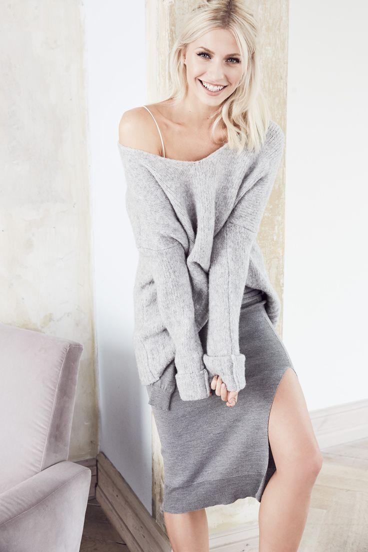 @aboutyoude Idol Lena Gercke in ihrem COOL GREY OUTFIT mit Kuschel-Pullover und Strickrock.