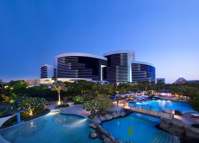 Ristoranti e bar che servono sapori da tutto il mondo, un immenso giardino esterno con piscine e giochi d'acqua e camere con una vista mozzafiato su Dubai.