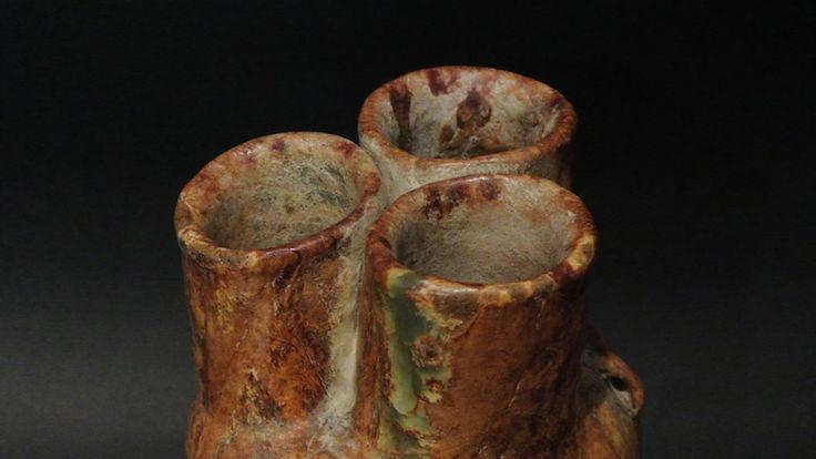 Vaso In Giada A Tre Bocche  Vaso in giada a tre bocche, epoca arcaica. H: 17 cm.  www.arte-orientale.com