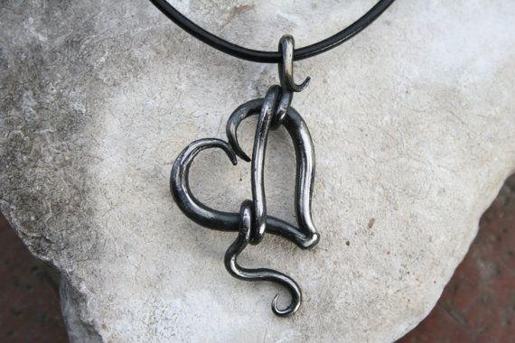 Mein Schmied gemacht Herz Halskette ist aus einer griechischen Lederschnur aufgehängt. Dies ist eine Anweisung Stück und jeder, den ich zu schmieden müssen seine eigene Charakteristik. Die geschmiedete Spange soll bequem auf den Hals zu legen. Bitte wählen Sie welche Länge Kette Sie möchten aus dem Drop-down-Menü  Der Anhänger misst ca. 1 3/4 Zoll von oben nach unten.  Jedes Herz ist in eine Kohle-Schmiede, auf dem Amboss geformt, gebürstet und fertig mit Wachs zu verhindern Rosten und f...