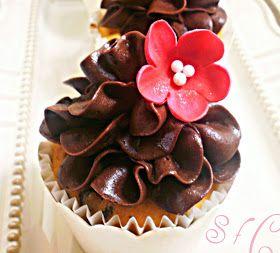 Ζουμερό κέικ με πλούσια γεύση και άρωμα. Συνδυάζεται υπέροχα με γκανάς σοκολάτα.   Το αχλάδι δίνει υγρασία , το ξύσμα πορτοκαλιού, απίστε...