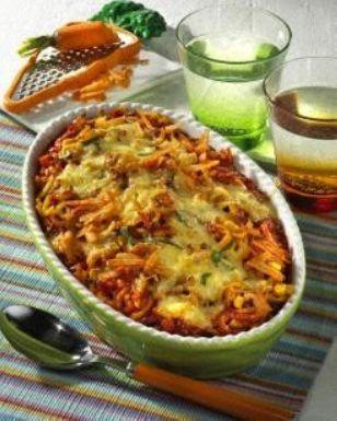 Nudel-Auflauf mit Gemüse-Hacksoße Rezept: Personen,Gabelspaghetti,Salz,Gemüsemais,Möhren,Zwiebel,Öl,Rinderhackfleisch,Pfeffer,Tomaten,Gemüsebrühe,Petersilie,Käse