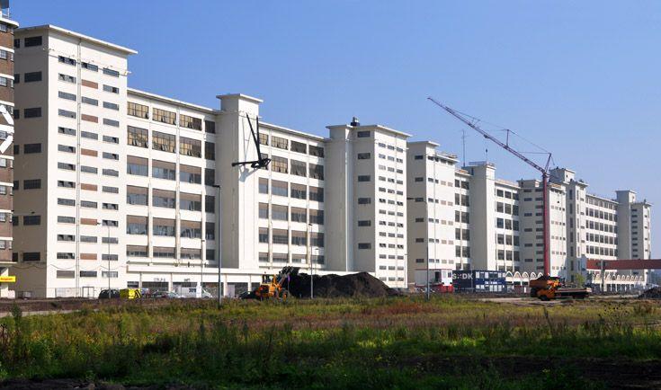 Anton & Gerard (SAN SBP) Eindhoven: In beide gebouwen hebben we zo'n 244 woon/werk-lofts gerealiseerd; ruimten van 50 of 80 m² of een veelvoud daarvan, met een hoogte van maar liefst 4,5 meter. Douche, toilet en keuken zijn ondergebracht in een verplaatsbare 'Qbi', zodat de lofts volledig vrij indeelbaar zijn. Bovenop de twee gebouwen zijn indrukwekkende daktuinen, waar bewoners kunnen genieten van een spectaculair uitzicht over de stad.