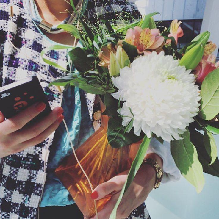 Blommor på kontoret  This Monday turned extra festive  ____________________________ #payson #ehandel #ecommerce #ebutik #businesslife #entrepreneur #entreprenör #business #joyful #surprise #flowers #Monday #bright #bestday #lovely #smallbiz #celebrate #blommor #officelife #office #officechic #kontor #kontorsliv #startaeget #måndag #letsgo #inspired #workinglife #followyourdreams by payson_official