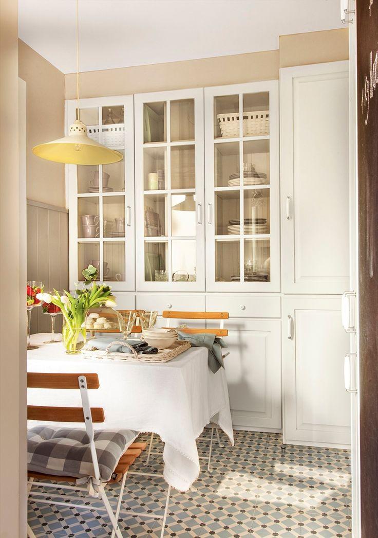 Office con armario con vitirna para el menaje en blanco y suelo de baldosa hidráulica 400772