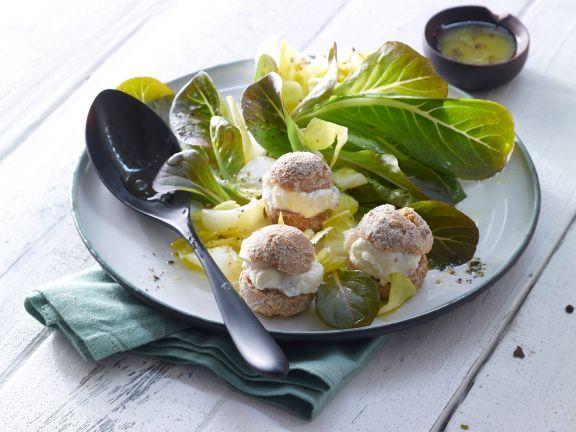 Gefüllte Mini-Windbeutel mit Ziegenfrischkäse und Chicoréesalat sind ein gelungener Auftakt für ein festliches vegetarisches Menü.