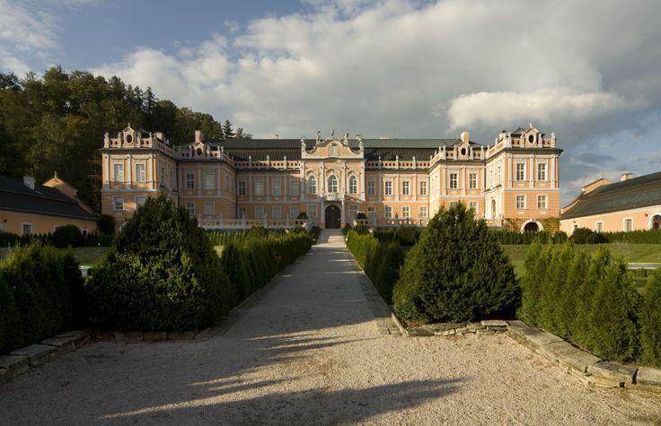 Zámek Nové Hrady _ rokoková stavba vybudovaná v letech 1774 - 1777 hrabětem de Chamaré ve stylu francouzských letních sídel.