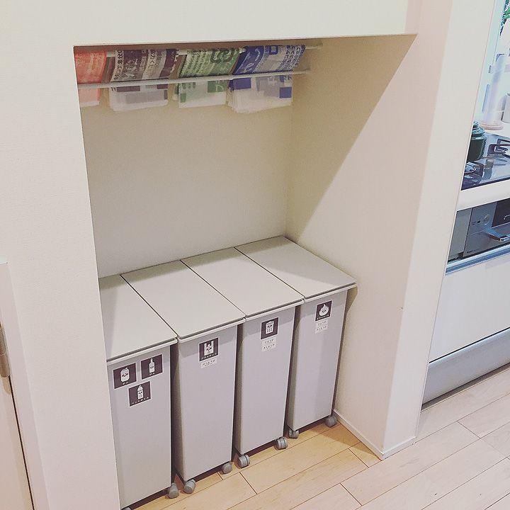 キッチン横が階段。階段下を活用してゴミ箱スペースに。 「憧れのタイルで魅せる、開放的な北欧モダンスタイル」憧れのキッチン vol.98 yuka.homeさん