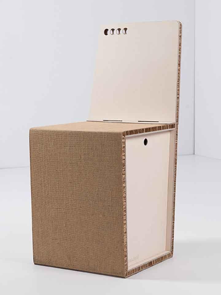 Artigiano: Paper and FoldSedia in cartone, ecologica, smontabile e rimontabile, facile da trasportare, leggera ma al tempo stesso più robusta rispetto alle altre sedie in cartone presenti sul mercato.È costituita da un foglio di alveolare ripiegato su se stesso, bloccato con 3 elastici e lateralmente sostenuto da due fogli di legno spessi 4 millimetri.La seduta è personalizzabile nella forma (schienale), nel colore e nel materiale (denim, tessuti, pelle, carta, bukram).Ideale per l'arredo…
