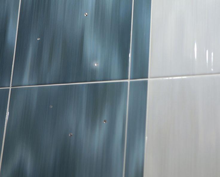 Imola Hall. Керамическая плитка. Глянцевая. Итальянская. Интерьер. Голубая. 30*60. Эффект водопада. Стразы.