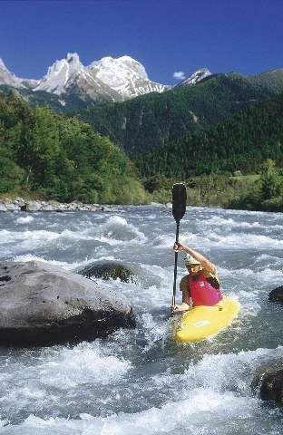 Kanu Kajak paddelnd, Mann in Boot, Stromschnelle, Wildwasser
