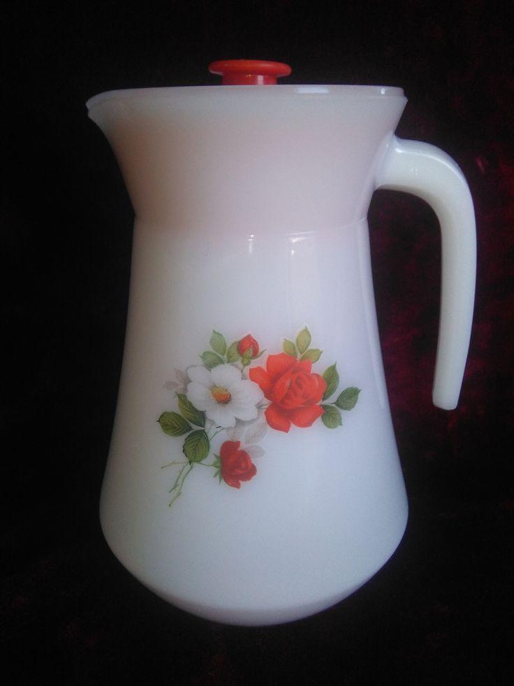 Jarra de leche Arcopal France modelo Rosa Salvaje de los años 60. 19 cm. de alto y 12 de diámetro con tapa roja.