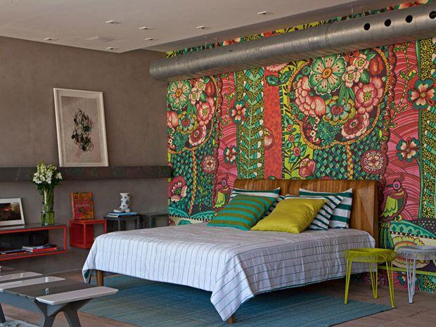 """Mudando paredes - """"Um tecido colorido e estampado faz a parede da cabeceira desta cama. (créditos: Projeto Paula Neder. Foto: Divulgação)"""""""