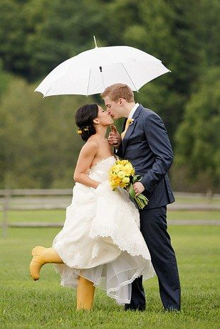This bride who brought options: | 24 Couples Who Absolutely Nailed Their Rainy Day Wedding