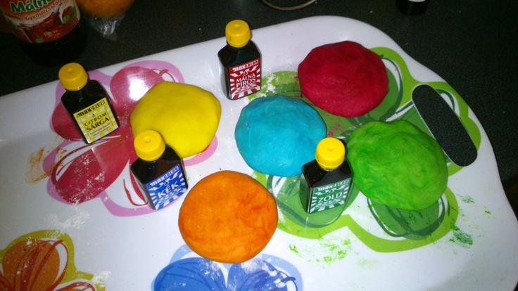 Házi gyurma innen / DIY plasticine: http://anyasporol.blogspot.hu/2012/04/hazi-gyurma-avagy-spur-plej-do.html  Használj gumikesztyűt!