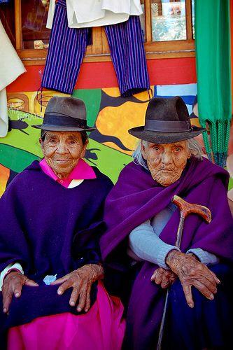 Amigas señoritas de 94 y 97 años respectivamente, que aun se sientan en su amado pueblito boyacense de Raquira a hablar de sus vidas y añorar de sus momentos juntas