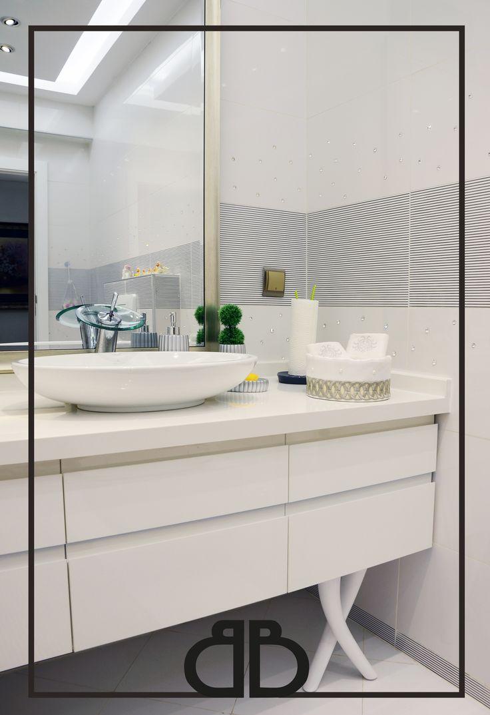 Şık ve ince detaylı bir banyo tasarımı #artefabbro #banyo #mobilya #beyaz #bathroom #cabinet #pure #white