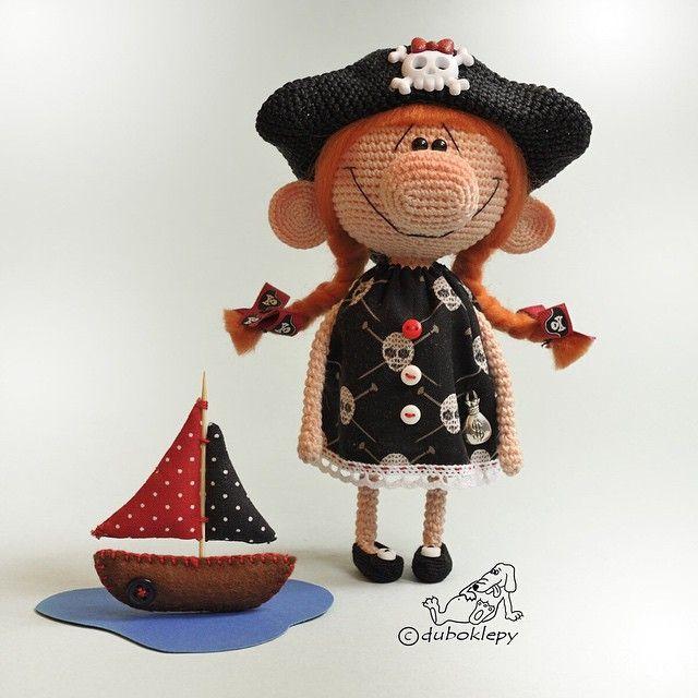 Юная, но очень отважная повелительница бескрайних океанов и бездонных луж и её непобедимое пиратское судно ⚓️ Детка в резерве и верит в лучшее:) #дубоклёпы_куклы #пиратка ☆