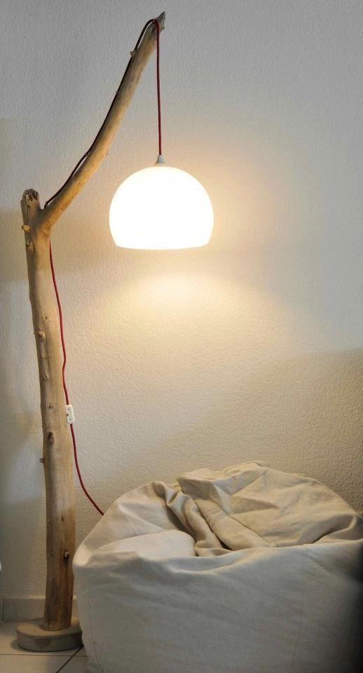 För att lampan ska stå stadigt gjuts foten av finbetong. Blanda till betong i en bunke, stick ner grenen i betongen och låt härda. Snyggaste fästet för sladden är enkla öglor i mässing.