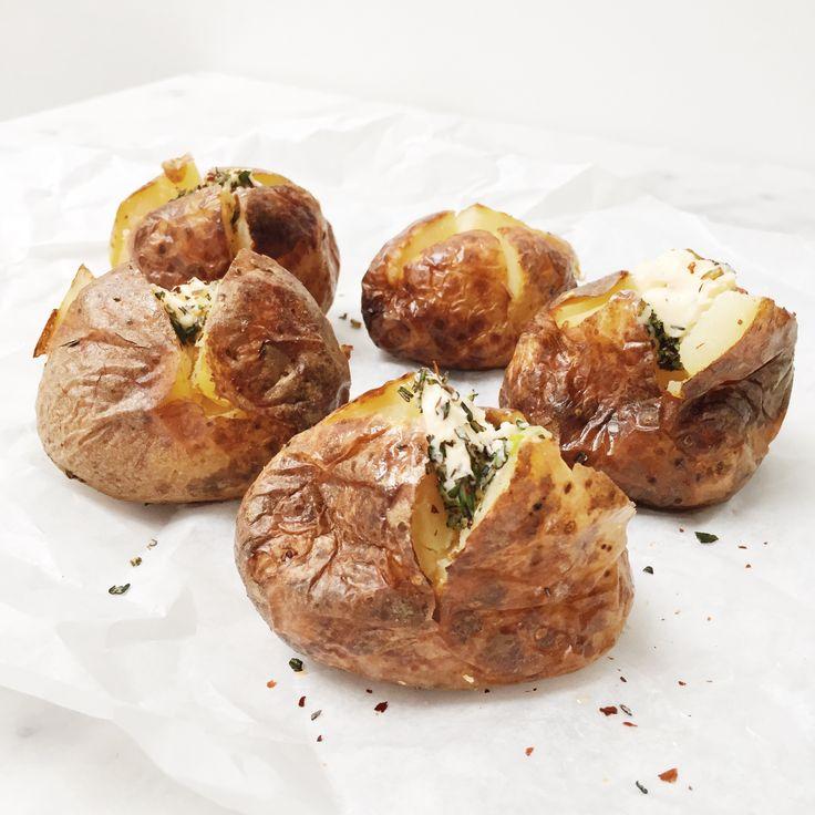 De lekkerste aardappelen komen uit de oven. Dit recept gepofte aardappel is super makkelijk en echt goddelijk. Makkelijk en snel! BBQ kan ook. Bekijk hier