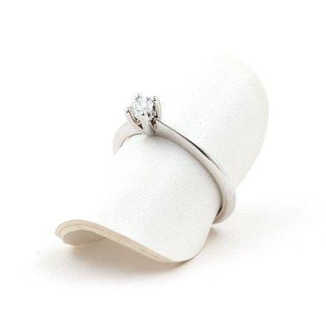 Lo quiero! Ideal como anillo de compromiso! Este anillo está hecho en oro blanco de 18 kilates con un diamante de 0,18kts. alicante joyeria marga mira | anillos de compromiso diamante | anillos de compromiso precio | anillos de compromiso alicante | anillos de compromiso oro blanco | joyeriamargamira.com/content/10-anillos-compromiso-alicante | #joyerias #alicante #anillos #wedding #ring #gold #oro #alacant #costablanca #jewellery #diamonds #style #luxury # bodas | https://goo.gl/B7Svro