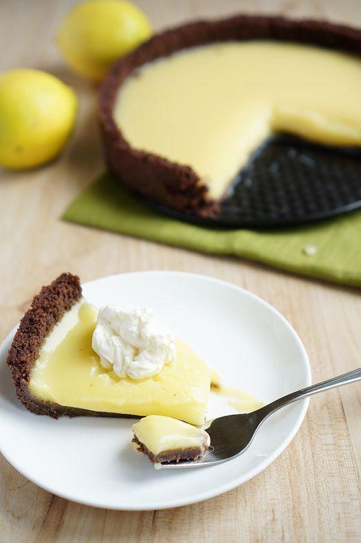 Лимонный пирог (без выпечки!!) Печенье — 300 гр. Масло сливочное — 250 гр.  Лимоны — 6 шт.(или апельсины- 3шт) Сахар — 300 гр. Яйца — 6 шт. Крахмал — 1 ст.л. желатин