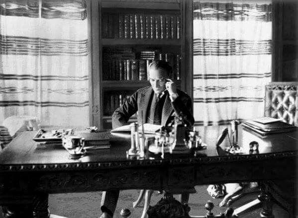Atatürk kitap okurken.