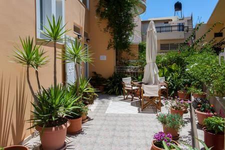 Villa Mimagia, www.villamimagia.upps.eu, Villa Mimagia befindet sich in einem traditionellen Dorf namens Paleochora auf der schönsten Halbinsel im Südwesten der Präfektur Chania auf Kreta. Villa Mimagia ist eine neu gebaute kleine Pension, die wir auf Qualität, Einfachheit und kretische Gastfreundschaft schufen. Unser Ziel ist es, unseren Gästen die Möglichkeit zu bieten, sich zu entspannen und ihre Ferien so zu genießen, wie sie es sich vorgestellt haben.