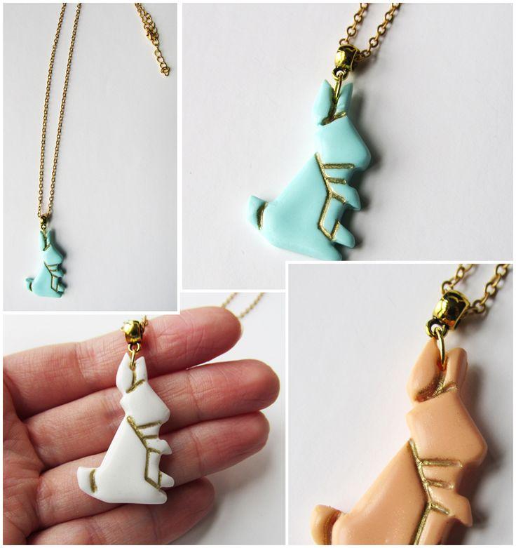 Découvrez ce collier lapin origami fait main en pâte fimo (pâte polymère) et une chaîne en laiton mat. D'inspiration graphique et minimaliste, les pendentifs lapin origami existent en plusieurs couleurs différentes.    #Bijoux #RabbitNecklace #LapinOrigam Trouvez l'inspiration sur www.atelierbijouxceramique.fr