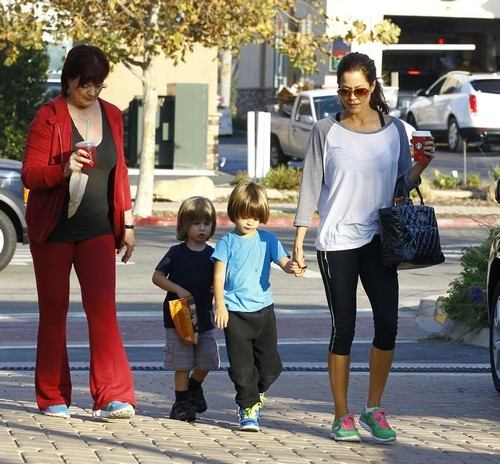 Actors Without Thyroid: Brooke Burke Running Errands With Her Family