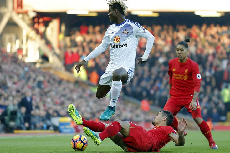 Liverpool Dejan Lovren berie loptu Didier Ndong