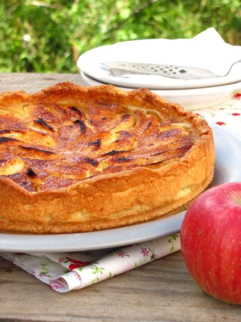 Я так привыкла к яблочной поре, к тому, что каждые два-три дня я пеку яблочный пирог. Мне наверное будет очень грустно, когда яблоки закончатся :) Что же я буду делать? Наверное будупечь зимние торты, что тоже, кстати, очень увлекательно. Название этого пирога говорит само за себя: кисловатые…