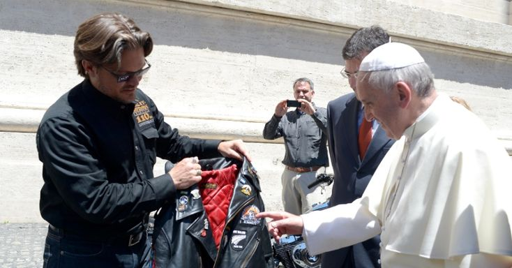 Papa Francisco ganha uma jaqueta de couro estilizada do vice-presidente da Harley Davidson Motor Company Mark Hans-Richer, após audiência pública desta quarta-feira.