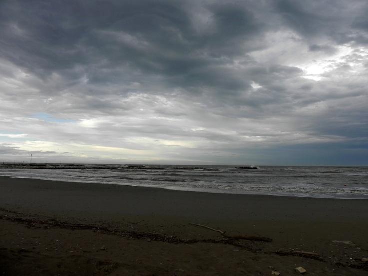La spiaggia dopo una mareggiata.
