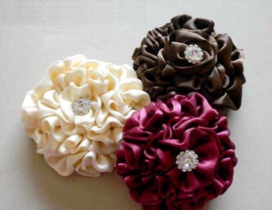Estas flores de cetim para fazer em casa podem decorar qualquer peça.