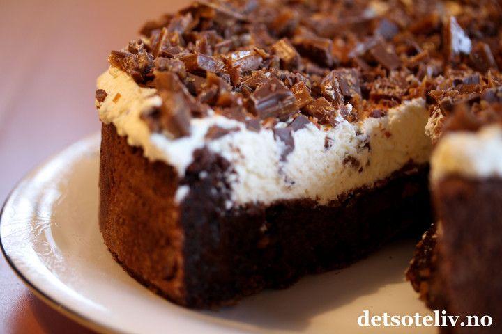 Weekend pleasures.. Jeg kan virkelig anbefale denne bløte sjokoladekaken, som dekkes med pisket krem og hakket Daim! Skikkelig digg sjokoladekake!