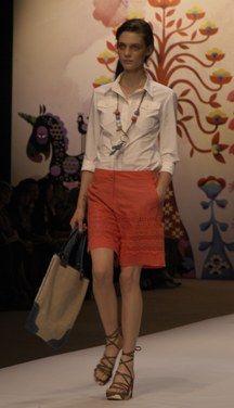 Wie kann man einen zu konservativen Look vermeiden? - Bermuda-Shorts: Trends und Tipps - Vermeiden Sie Modelle in klassischen Farben wie Beige, Marineblau, etc. und setzen Sie bewusst auf Trendfarben. Wie wäre es z.B. mit Taupe, Schwarz, Graublau, oder Koralle...