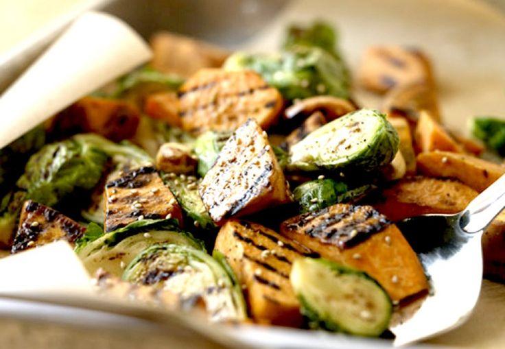 Ruim baan voor deze vegalicious side dish (ook lekker als hoofdgerecht). Wie hierna nog steeds zegt dat ie geen spruitjes lust, mag in de hoek gaan s...