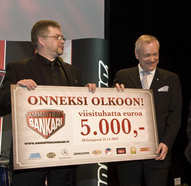 Vuoden 2013 sankari Juuso Lihavainen ja liikenne- ja viestintävaliokunnan pj Kalle Jokinen.